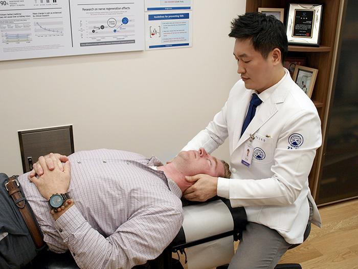 去る23日、世界各国の保険医療の専門家で構成された研修団が韓医学を学ぶために自生韓方病院に訪れました。